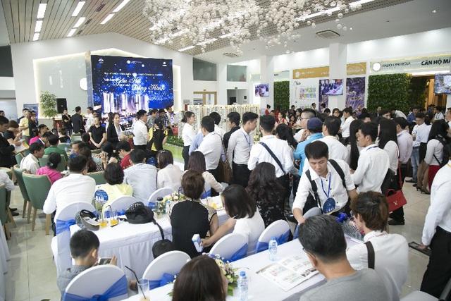 """Gần 300 khách hàng tham dự sự kiện """"Một năm gắn kết, một năm đồng hành""""."""