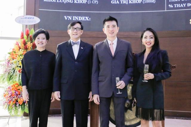 Bà Ureerat Ratanaprukse- Tổng lãnh sự Hoàng Gia Thái Lan tại TPHCM và Ông Manopchai Vongpakdi, Đại sứ vương quốc Thái Lan đến chúc mừng SBV niêm yết.