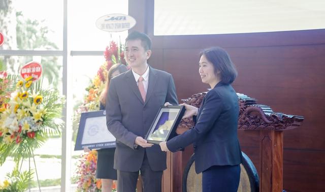 Chủ tịch Veerapong Sawatyanon nhận quyết định niêm yết từ sở giao dịch chứng khoán TP Hồ Chí Minh.