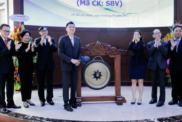 Chủ tịch HĐQT- Ông Veerapong Sawatyanon cùng ban lãnh đạo đánh tiếng cồng đầu tiên khai mạc phiên giao dịch.