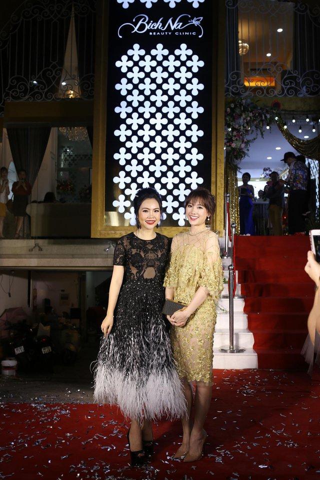 Hari Won chia sẻ cô rất bất ngờ khi biết BichNa Beauty Clinic có đến 6-7 bác sĩ thường trực, một điều rất hiếm có ở các trung tâm thẩm mỹ tại Việt Nam.
