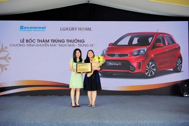 Chị Hoa Lệ nhận giải thưởng chiếc xe hơi.