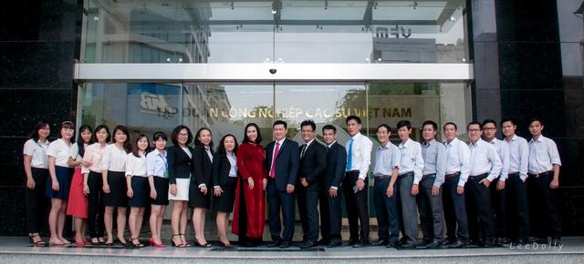 Chị Hương (mặc áo dài đỏ) cùng các cán bộ của công ty.
