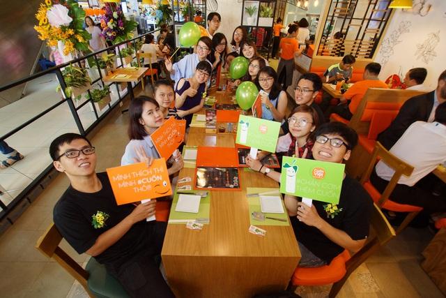 Những thực khách đầu tiên đến ăn và trải nghiệm dịch vụ của nhà hàng Cuốn Việt trong ngày khai trương.