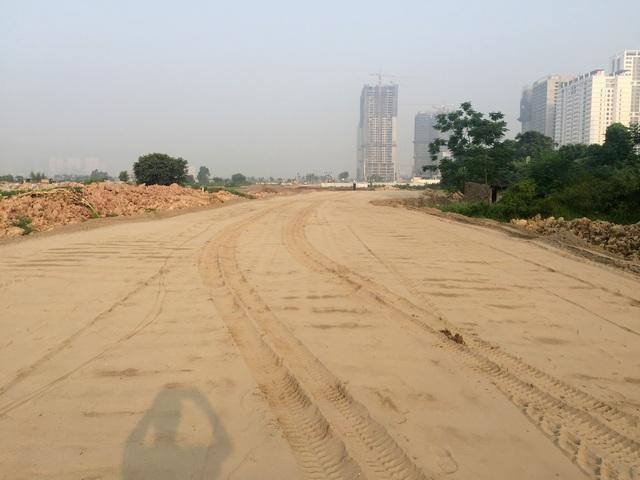 Chủ đầu tư khu đô thị Starlake đang gấp rút hoàn thiện 300m cuối cùng đoạn đường từ Võ Chí Công nối Phạm Văn Đồng vào tháng 7 năm nay.