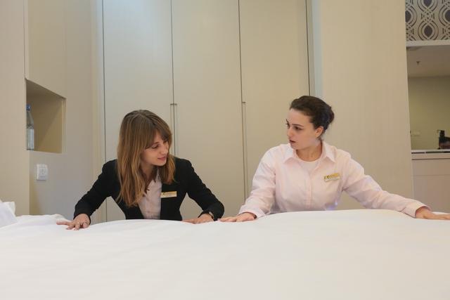 Học viên khóa Quản trị Khách sạn trong giờ học thực hành tại trường Quốc tế CitySmart Hotel Management.