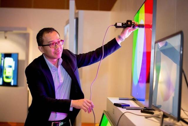 Một chuyên gia của Portrait Displays giải thích về tính năng tự động lấy chuẩn của Samsung QLED TV 2017 tại một sự kiện ra mắt ở Paris, Pháp.