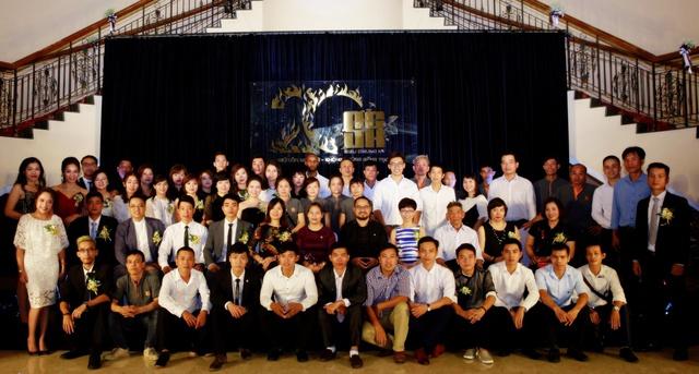 Tập thể CB CNV Công ty Cổ phần Siêu Chung Kỳ chụp hình tại Lễ kỷ niệm 20 năm thành lập.