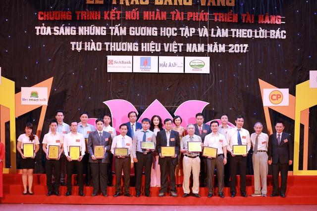Ông Lại Quốc Tuấn - Phó Tổng Giám đốc PT Khu vực Miền Bắc đại diện SCB nhận giải.