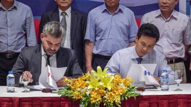Từ trái qua phải: Ông Stephane Pastor, Giám đốc Kinh doanh (dầu nhờn) – Total Việt Nam và ông Nguyễn Trọng Hậu, Chỉ tịch HĐQT kiêm Tổng Giám đốc HFC kí thỏa thuận hợp tác chiến lược.
