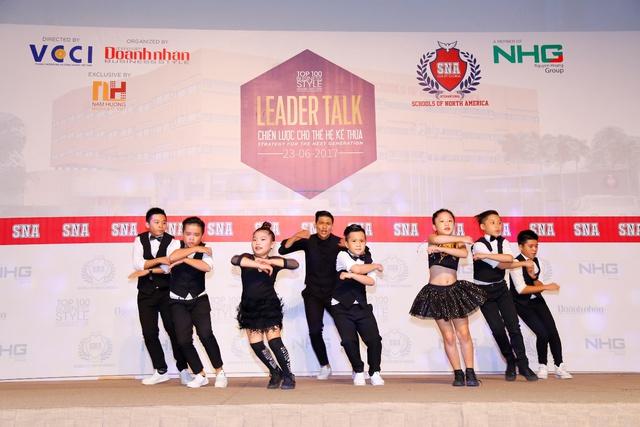 Tiết mục nhảy do Hệ thống Trường Quốc tế Bắc Mỹ thể hiện.