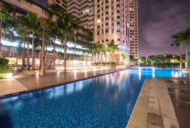 Khu vực hồ bơi được thiết kế theo phong cách resort bao quanh bởi vườn cây xanh nhiệt đới.