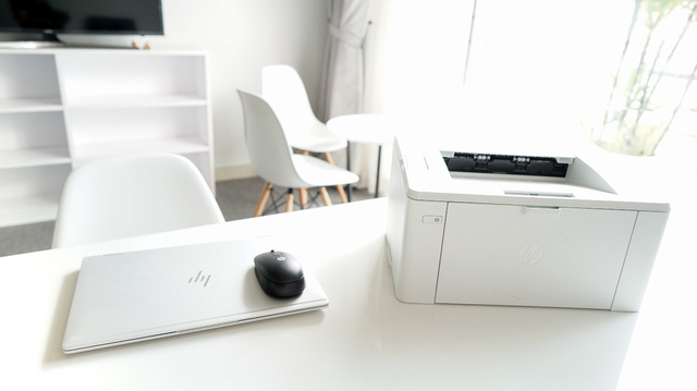 HP LaserJet Pro với thiết kế nhỏ gọn và sắc trắng trang nhã.