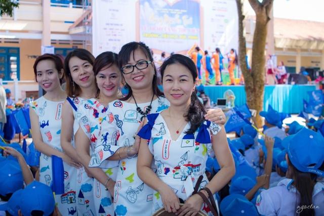 Niềm vui của những người làm chương trình hòa chung niềm vui của các em học sinh. BTC chân thành cảm ơn Thương hiệu thời trang Le Soleil đã tài trợ trang phục mang đậm dấu ấn Caravan Thư viện cho sự kiện lần này.