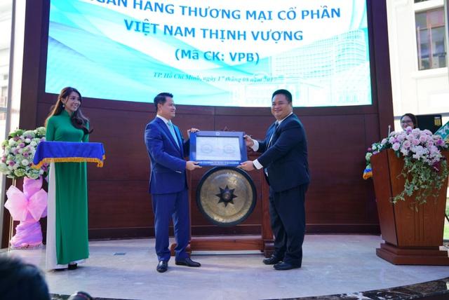 Phó TGĐ Phụ trách Ban Điều hành HOSE - Nguyễn Vũ Quang Trung trao Quyết định cho ông Ngô Chí Dũng – Chủ tịch HĐQT VPBank.