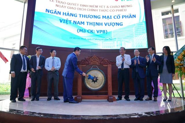 Tiếng cồng chính thức đánh dấu việc cổ phiếu VPB chính thức được niêm yết trên sàn giao dịch chứng khoán HOSE.