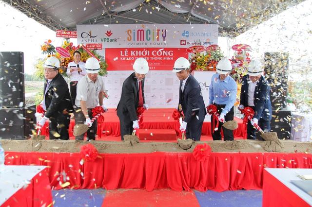 Ông Trương Thái Dương – Giám đốc Khối doanh nghiệp SME Khu vực Miền nam Ngân hàng VPBank đứng đầu tiên từ trái qua tham dự Lễ khởi công khu đô thị thông minh kiểu mẫu SIMCity vào ngày 16/08 vừa qua.
