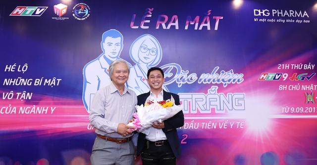 TS. BS. Lê Trường Giang, đại diện Ban tổ chức trao hoa cho ThS. Đoàn Đình Duy Khương, Phó Tổng Giám đốc DHG Pharma, đại diện nhà tài trợ.