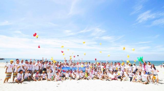 Toàn thể CBNV LDG Group trong hoạt động team building tại biển Phan Thiết.
