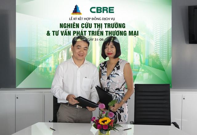 Lễ ký kết hợp đồng dịch vụ nghiên cứ thị trường và tư vấn phát triển thương mại giữa Đại diện Vạn Thái Land (Ông Lê Văn Lành - Phó Tổng GĐ) và CBRE VN (bà Hằng Đặng – Giảm đốc điều hành).