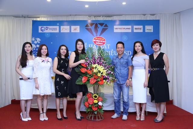 Chị Yến Nhi bên những người bạn, người đồng nghiệp tại CLB Sale nữ triệu USD.