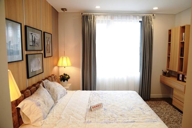 Phòng ngủ được tối đa hóa các góc để có ánh sáng tự nhiên.