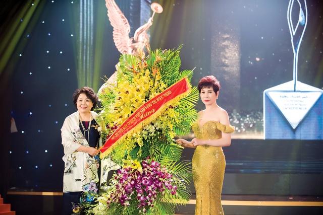 Bà Nguyễn Thị Tuyết Minh chuyển hoa chúc mừng của Phó Chủ tịch nước Đặng Thị Ngọc Thịnh đến doanh nhân Đặng Thanh Hằng.