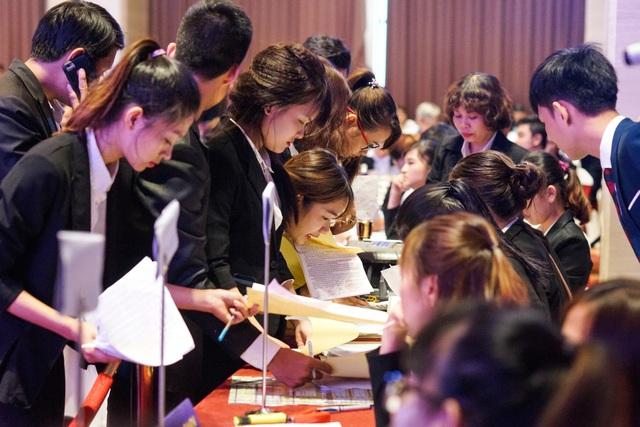 Các chuyên viên kinh doanh đăng ký mua sản phẩm cho khách hàng.