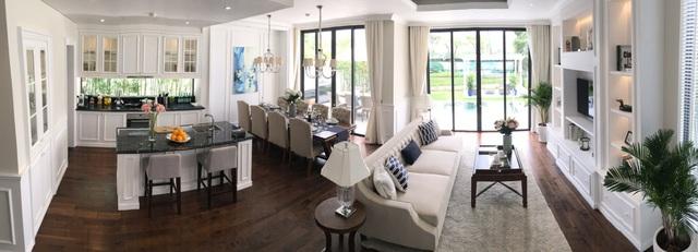 Phòng khách với tầm nhìn hướng ra sông.