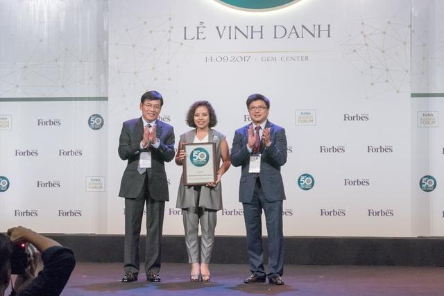 Bà Phạm Thị Mỹ Hạnh đại diện PNJ nhận chứng nhận Top 50 Công ty Niêm yết tốt nhất Việt Nam.