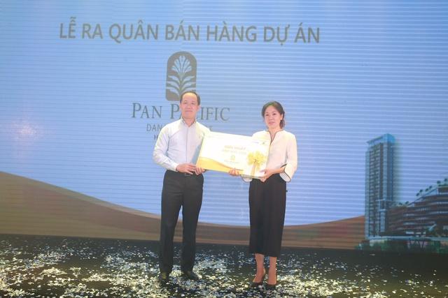 Phó Tổng Giám Đốc Vũ Hoàng Linh trao thưởng bốc thăm may mắn.