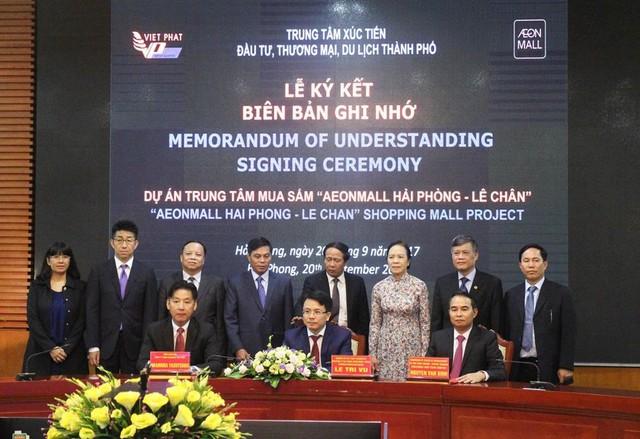 Đại diện chính quyền HP - AEON MALL Việt Nam và Việt Phát ký kết biên bản ghi nhớ.