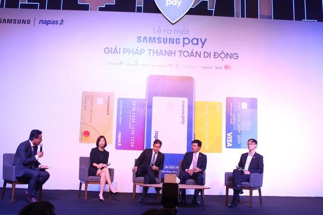 Ban tổ chức giải đáp băn khoăn của khách hàng và phóng viên về Samsung Pay.