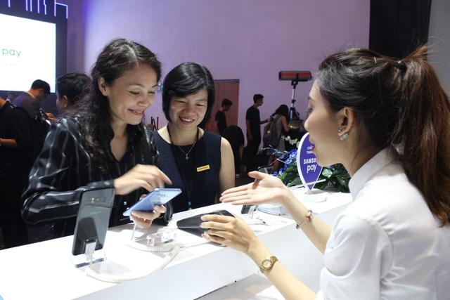 Bà Phạm Thị Hiền – Phó tổng giám đốc ABBANK và bà Trần Thị Thu Hiền – Giám đốcTrung tâm Hỗ trợ và vận hành Thẻ ABBANK trải nghiệm Samsung Pay tại Lễ ra mắt.