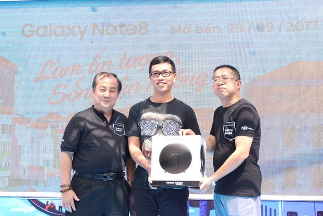 Ông Trần Tuấn Thông và ông Nguyễn Việt Anh cùng trao chiếc loa Harman Kardon Onyx Studio 3, quà tặng của FPT Shop dành cho khách hàng đặt mua trước Galaxy Note8.
