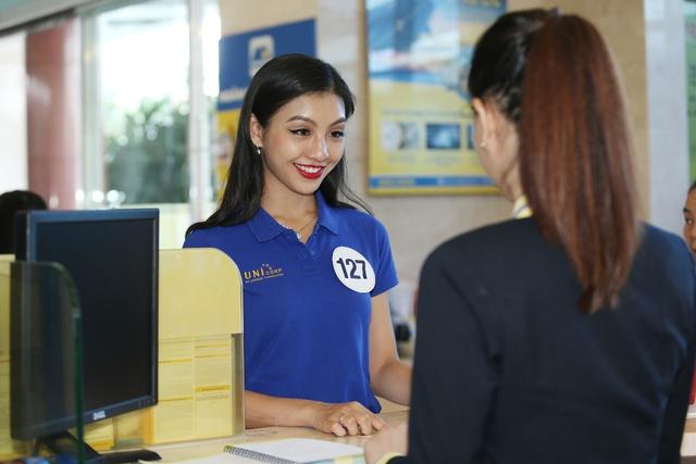 Chuyên viên Nam A Bank tư vấn sản phẩm dịch vụ phù hợp cho các thí sinh.