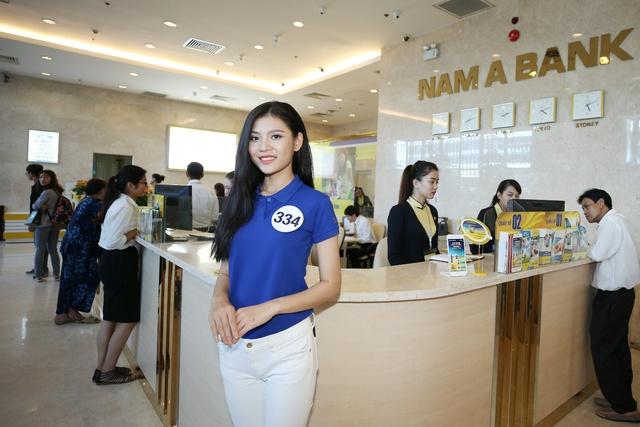 Thí sinh Chúng Huyền Thanh (SBD 334) chia sẻ cảm nhận khi đến Hội sở Nam A Bank.