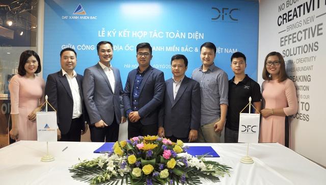Các đại diện của DFC Việt Nam và Đất Xanh Miền Bắc tại buổi ký kết.