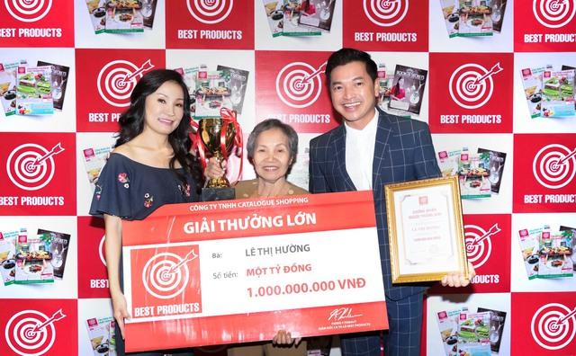 Lần đầu là Đại sứ Thương hiệu của Best Products, cũng là lần đầu trao 1 tỷ đồng cho Người Thắng Giải, nghệ sĩ hài Quang Minh – Hồng Đào luôn nở nụ cười tươi.