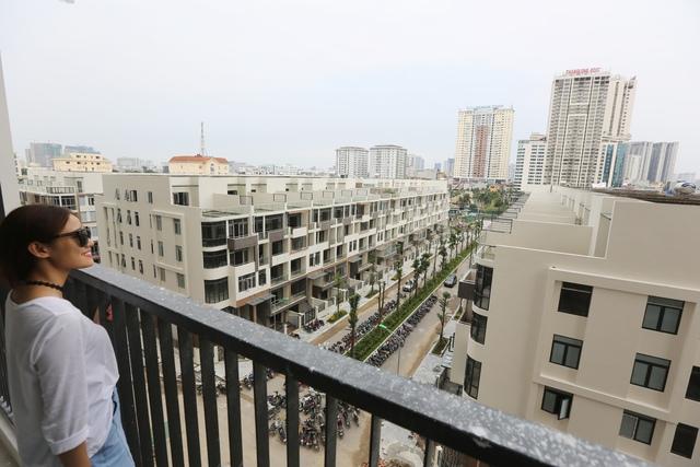 Khách hàng thưởng lãm view cảnh quan từ căn hộ chung cư của HD Mon City.