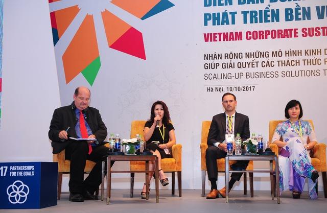 (Thứ 2 từ trái sang) Bà Lê Từ Cẩm Ly chia sẻ Tài nguyên nước và Phụ nữ là 2 trong 17 mục tiêu PTBV mà Coca-Cola đặc biệt chú trọng.