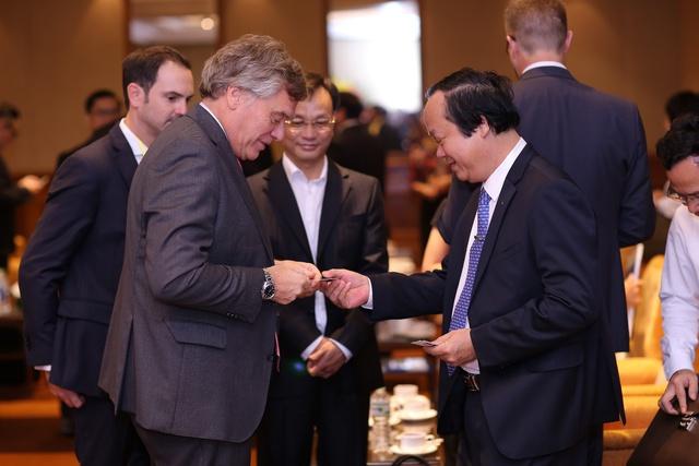 Tổng Giám đốc Điều hành HEINEKEN Việt Nam và ông Võ Tuấn Nhân – thứ trưởng Bộ Tài nguyên Môi trường.