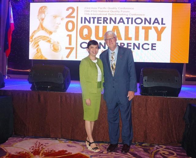 Đại diên Công ty CP Long Hậu cùng Dr. Charles A. Aubrey II - Chủ tịch danh dự Tổ chức Chất lượng Châu Á - Thái Bình Dương.