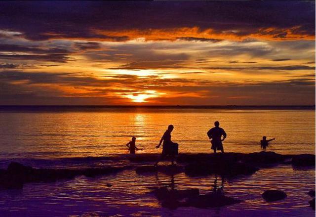 Cảnh hoàng hôn siêu thực do du khách nước ngoài chụp tại bãi Ông Lang.