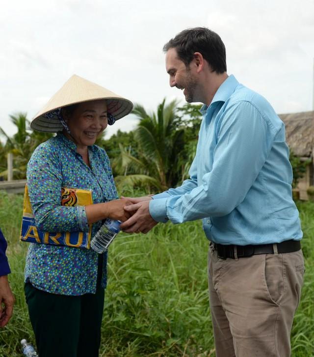 Ông Matt Wilson, Giám đốc Ngoại vụ cấp cao Công ty TNHH Nhà máy Bia HEINEKEN Việt Nam giao lưu với người dân địa phương trong dịp khánh thành công trình nước sạch tại Tiền Giang.