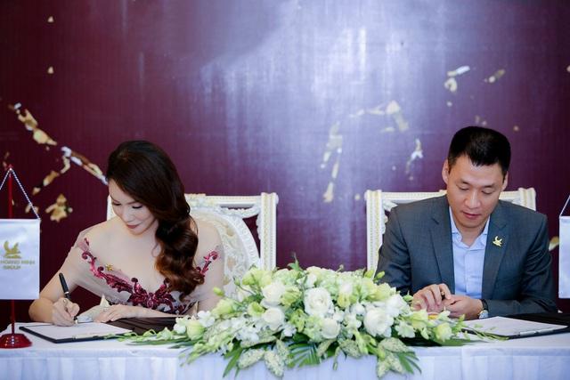Ông Mạnh Hoàng Thao - Phó Tổng Giám đốc Tập đoàn Tân Hoàng Minh và ca sỹ Hồ Quỳnh Hương ký kết hợp đồng.