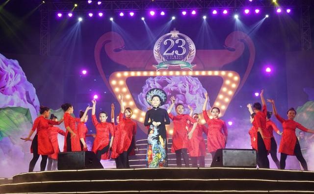 Bà Trần Uyên Phương (áo dài đen) – Phó Tổng giám đốc Tập đoàn Tân Hiệp Phát trong một tiết mục biểu diễn nhân 23 năm ngày thành lập tập đoàn Tân Hiệp Phát.