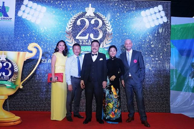 Chân dung gia tộc doanh nhân – ông Trần Quí Thanh và 2 ái nữ: bà Trần Ngọc Bích (đầu tiên từ trái sang) và bà Trần Uyên Phương (thứ 2 từ phải sang).