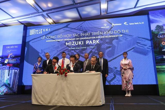 Lễ ký kết hợp tác giữa NLG với Hankyu Realty và Nishi Nippon Railroad.
