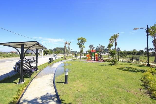 Công viên nội khu với view nhìn ra sông Cổ Cò tuyệt đẹp.